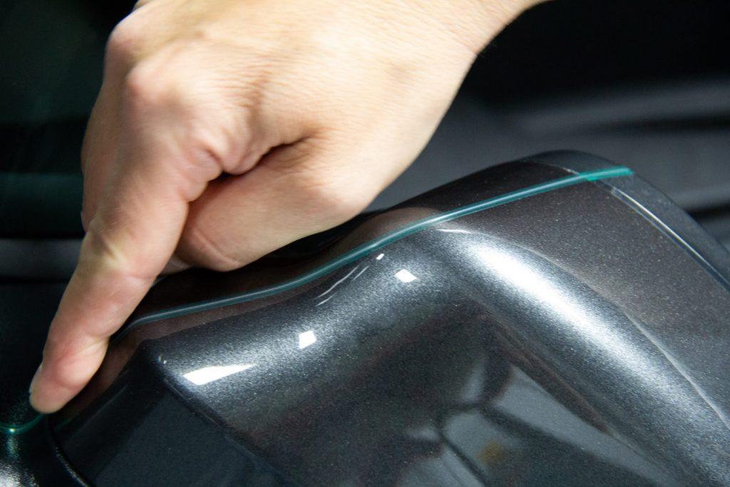 Utilizzo di 3M Kniflesse Tape sugli specchietti auto