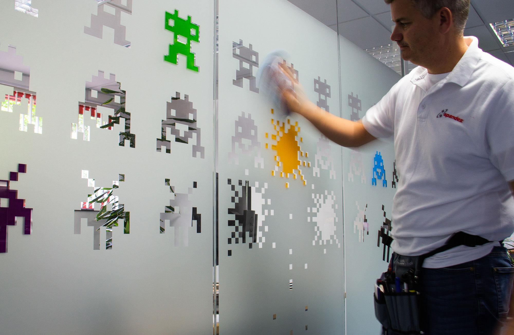 Výběr správné dekorativní okenní fólie pro vaše aplikace na sklo