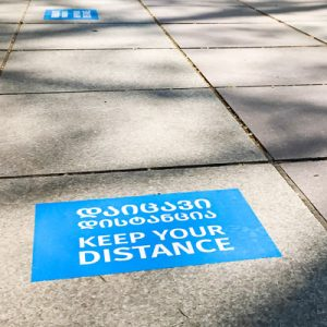 Golvgrafik håll avståndet på trottoaren